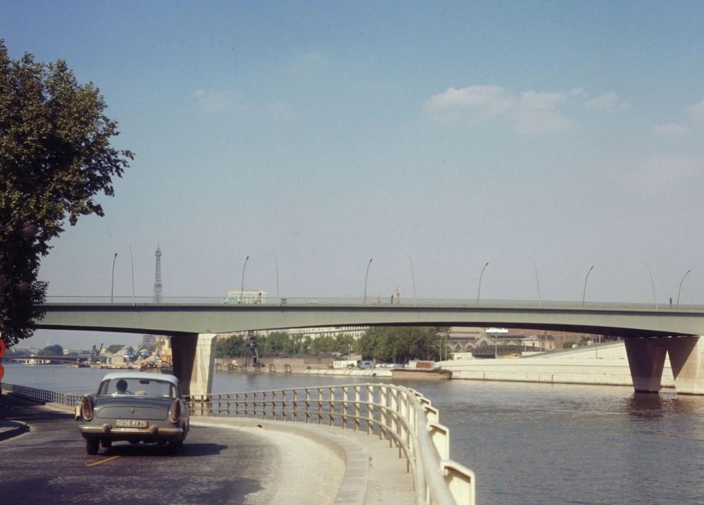 Voie sur berges. Rive droite et pont du Garigliano (‡ l'emplacement du viaduc d'Auteuil). Paris, annÈes 1960.