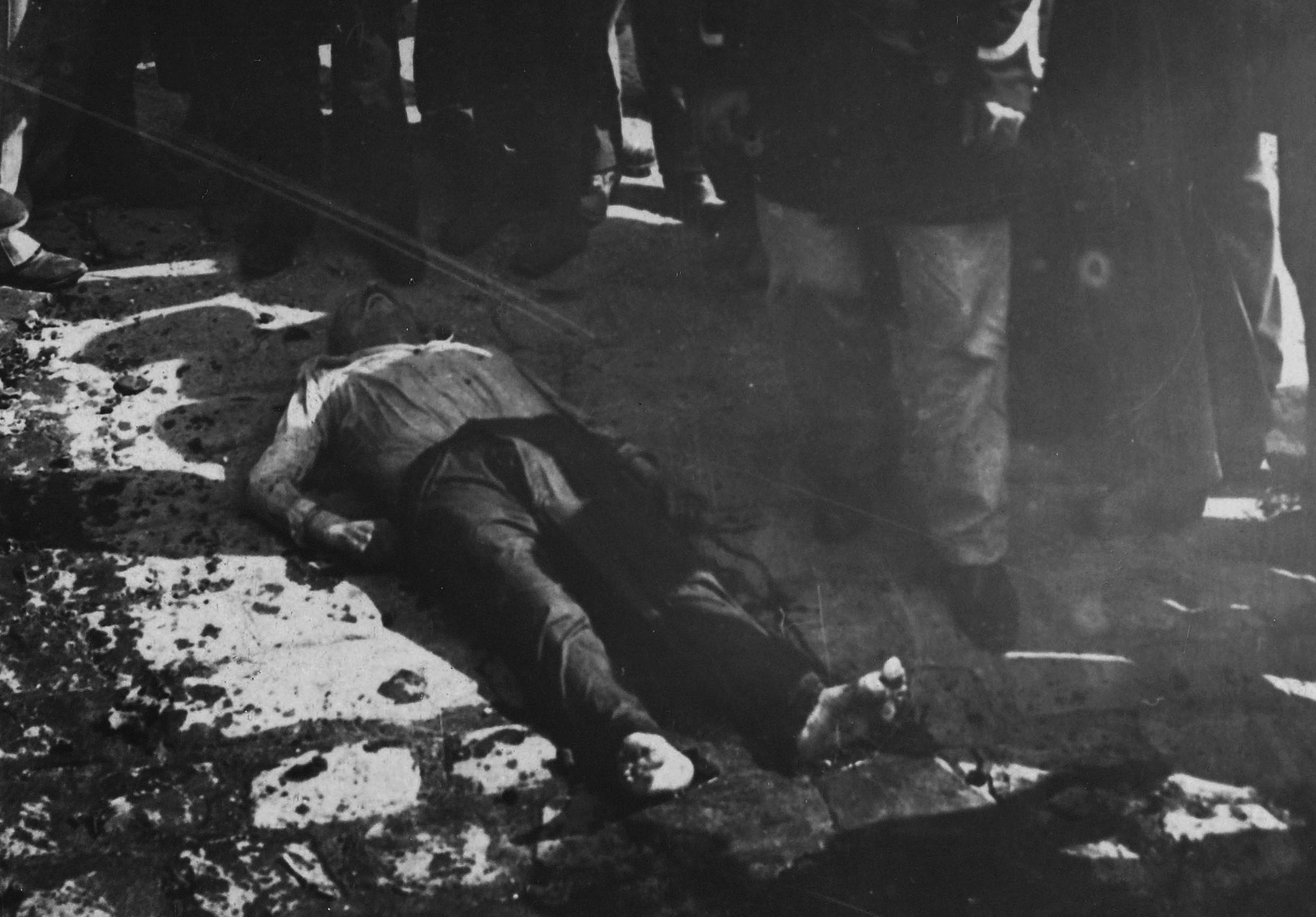"""Guerre 1914-1918. Paris. La Seine et ses berges. """"Berge de la Seine. Drame de la misËre, 3e partie. Il gÓt sur la berge"""". Photographie de Charles Lansiaux (1855-1939). BibliothËque historique de la Ville de Paris."""
